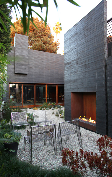 5 Modern Outdoor Fireplaces